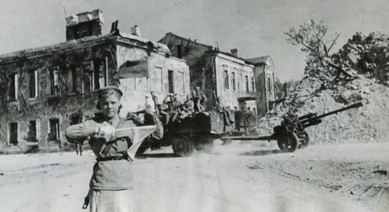 Солдаты 1-го Прибалтийского фронта в освобождённом Полоцке. Июль 1944 г.
