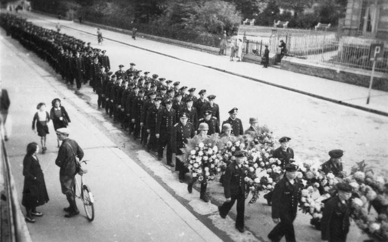 Похоронная процессия немецких моряков и солдат на улице французского города Дьепп. Август 1942 г.