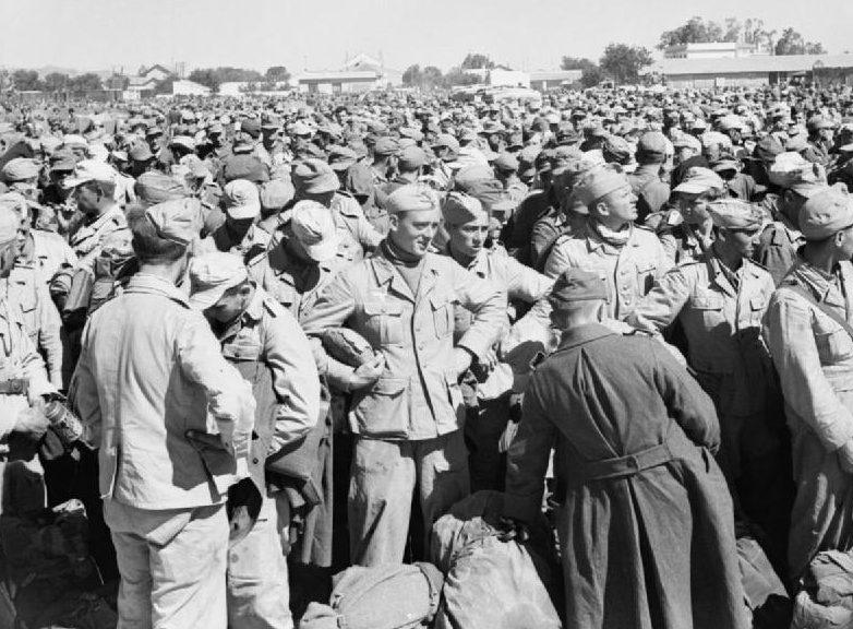 Немецкие и итальянские военнопленных в лагере для военнопленных в Громалии после падения Туниса. Май 1943 г.