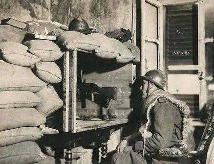 Французский солдат у импровизированного ДОТа. Франция, март 1940 г.