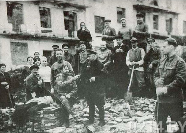 Воскресник по очистке города. Июль 1944 г.