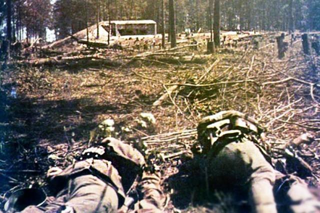 Убитые немецкие солдаты перед ДОТом Струмиловского УРа.