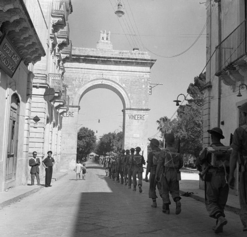 Британская пехота в городе Ното, Сицилия. 11 июля 1943 г.