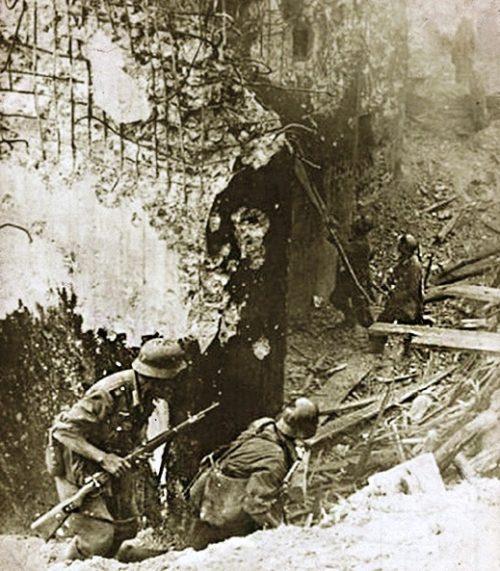 Немецкие солдаты возле разрушенного ДОТа Струмиловского УРа.