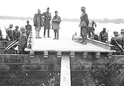 Венгерские солдаты строят понтонный мост через реку Южный Буг в окрестностях Винницы. 1941 г.