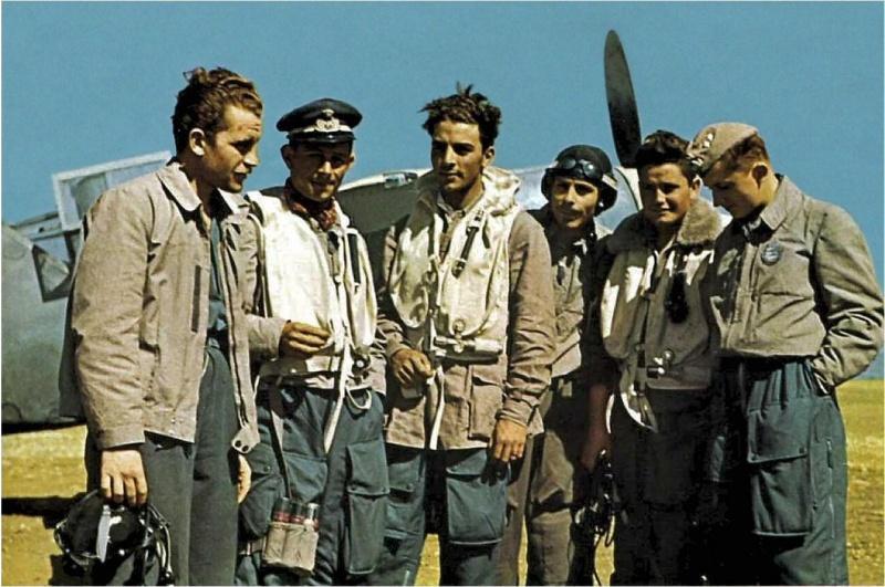Пилоты 365-й эскадрильи ВВС Италии на сицилийском аэродроме. Лето 1943 г.