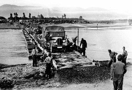 Понтонный мост на Восточном фронте. 1941 г.