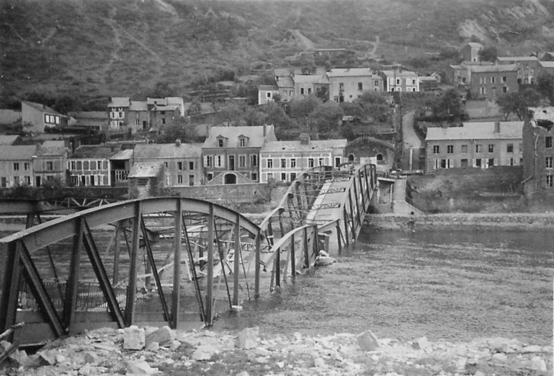 Мост через реку Маас в городке Монтерме, взорванный французами при отступлении. 22 мая 1940 г.