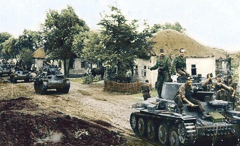 Венгерские танки в селе на Украине. Июль 1941 г.