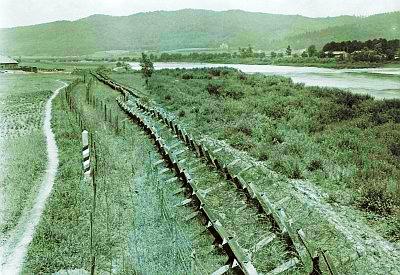 Противотанковые и противопехотные заграждения на берегу реки Сан (ныне Польша).