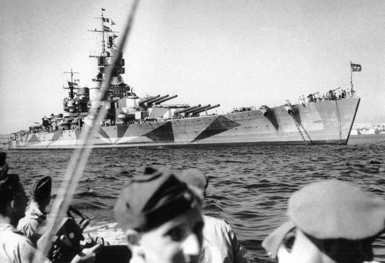 Сдавшийся союзникам итальянский линкор «Италия» в бухте Калафрана острова Мальта. Сентябрь 1943 г.