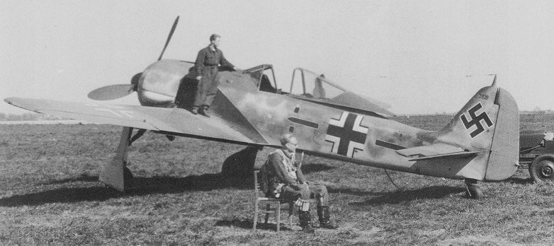 Истребитель Фокке-Вульф Fw.190A на аэродроме в Лионе. Ноябрь 1942 г.
