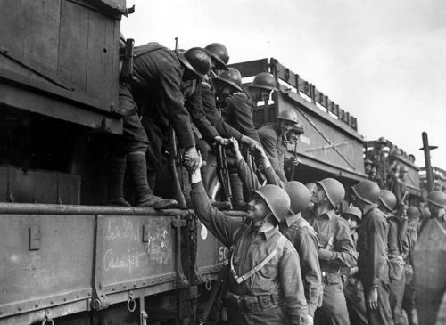 Французские и американские солдаты на железнодорожной станции в Оране, Алжир. 2 декабря 1942 г.