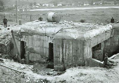 Советский бункер, уничтоженный словацкими солдатами на реке Сан в Леско (ныне Польша).