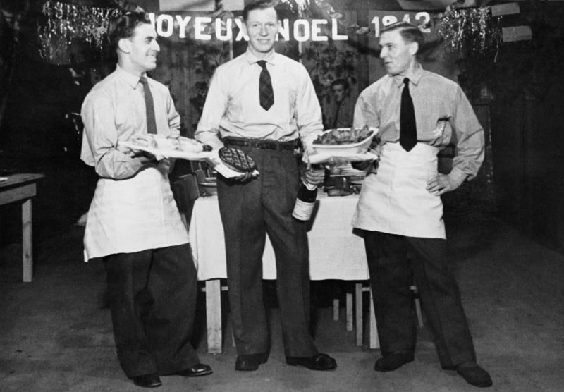 Трое французских пленных с угощением для рождественского стола в немецком лагере военнопленных «Stalag Luft III». 25 декабря 1942 г.