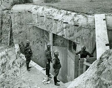 Немецкие солдаты у брошенного советского ДОТа в Перемышле.