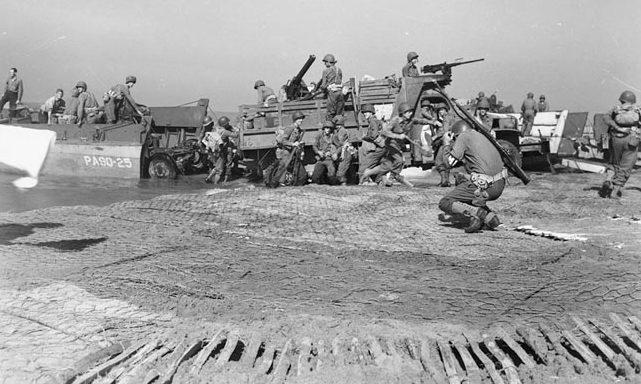 Высадка артиллерии во время вторжения в материковую Италию в Салерно. Сентябрь 1943 г.