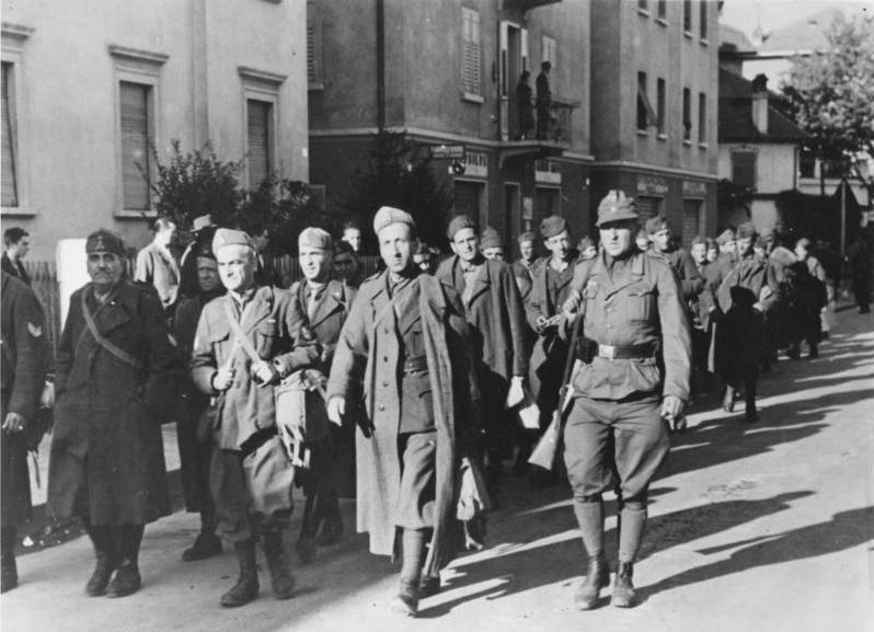 Разоруженные итальянские солдаты в плену в Больцано. Сентябрь 1943 г.