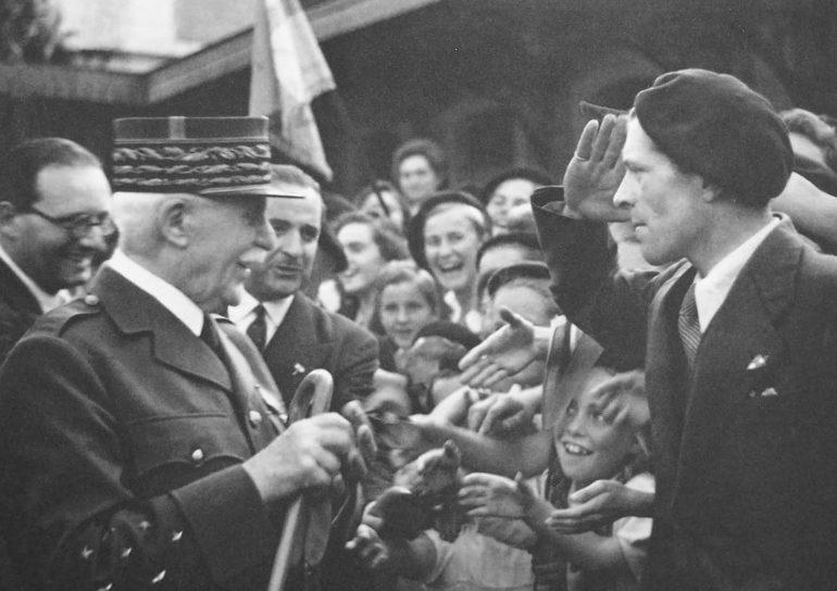 Граждане оккупированной Франции приветствуют главу Виши маршала Анри Филиппа Петэна. 1942 г.