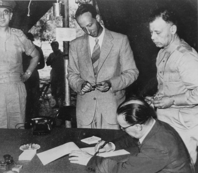 Бригадный генерал Джузеппе Кастеллано подписывает соглашение о перемирии между Италией и Союзниками. Сентябрь 1943 г.