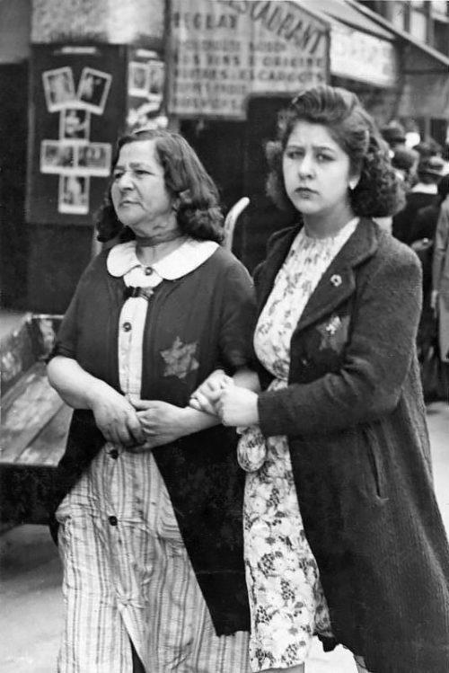 Еврейки с нашитой звездой Давида на улице Парижа. 1942 г.