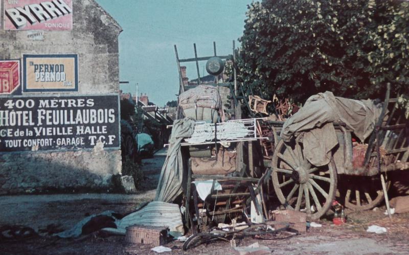 Повозки, брошенные французскими беженцами в Шатонеф-сюр-Луар. Май 1940 г.
