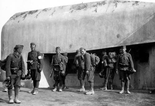 Венгерские солдаты осматривают захваченный советский бункер. 1941 г.