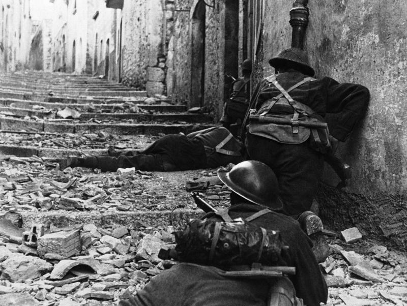 Солдаты 3-й канадской пехотной бригады в бою в итальянском городе Кампочиаро. Октябрь 1943 г.
