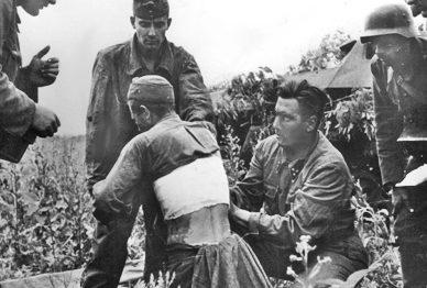 Перевязка раненных. 1941 г.