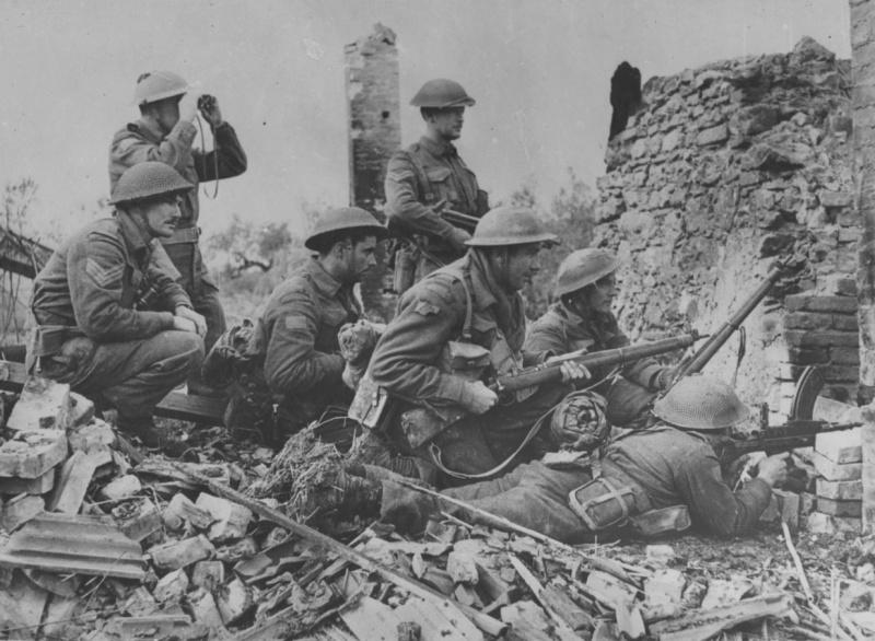 Канадские пехотинцы на руинах итальянского городка Ортона. Декабрь 1943 г.