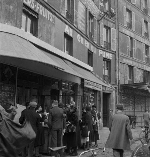 Парижане в очереди за жареным картофелем у рынка Ле-Аль. 1942 г.