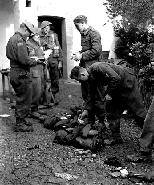 Обыск пленных немецких солдат у Сан-Леонардо-ди-Ортона. Декабрь 1943 г.
