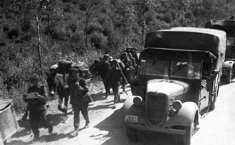 Колонна 1-й горнострелковой дивизии Вермахта на марше во Франции. Май 1940 г.