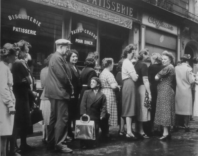 Очередь перед булочной-кондитерской в оккупированном Париже. 1942 г.