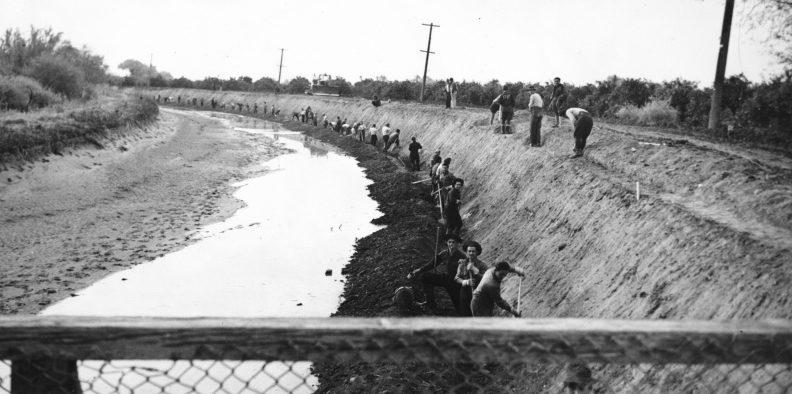 Итальянские пленные работают на строительстве канала в Аризоне. Декабрь 1943 г.