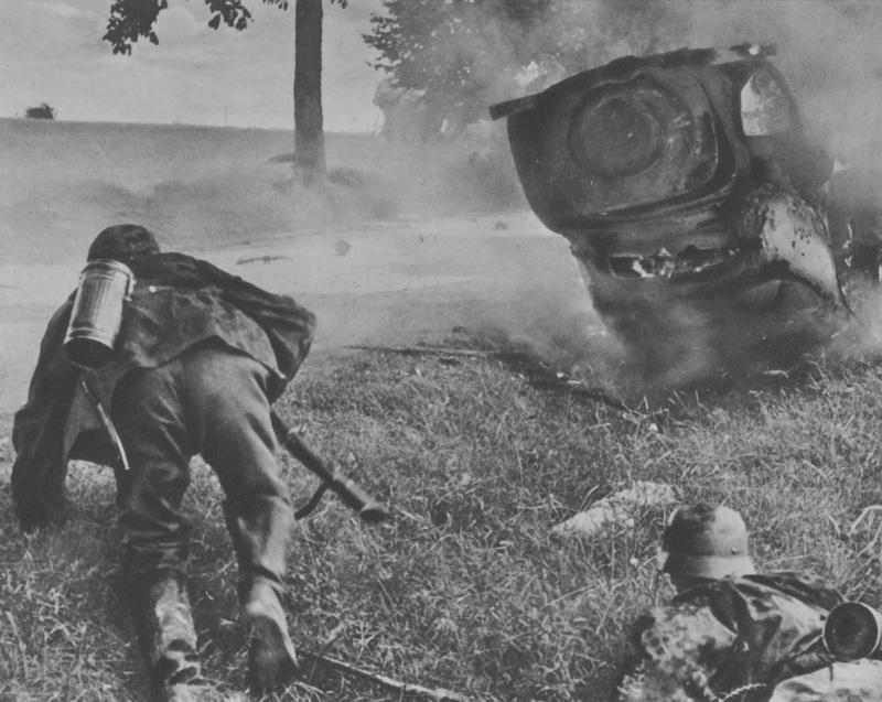 Солдаты дивизии СС «Мертвая голова» в бою во Франции. Май 1940 г.