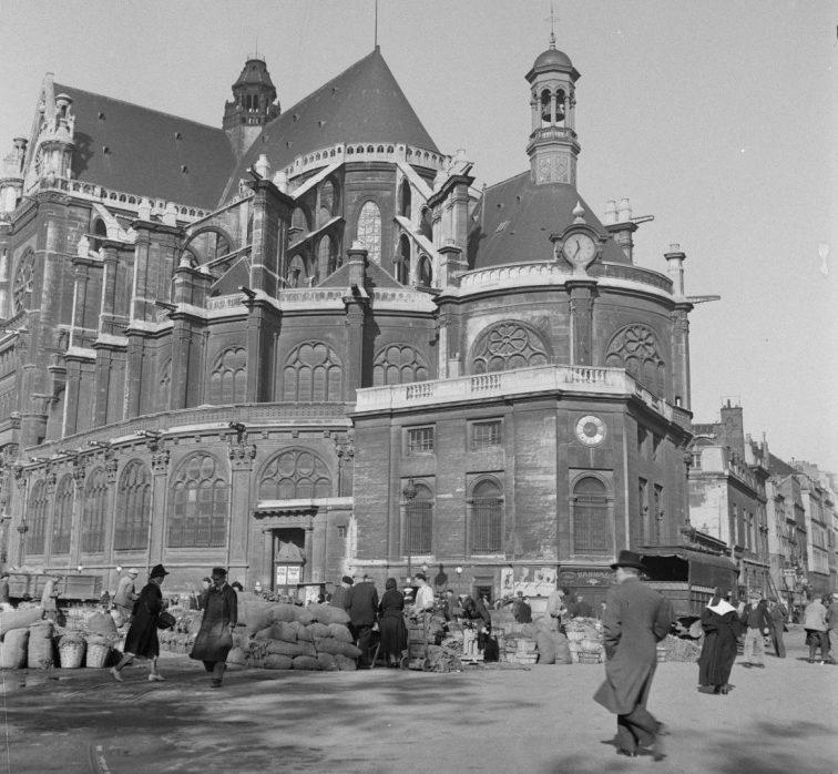Церковь Сент-Эсташ и уличная торговля овощами в оккупированном Париже. 1942 г.