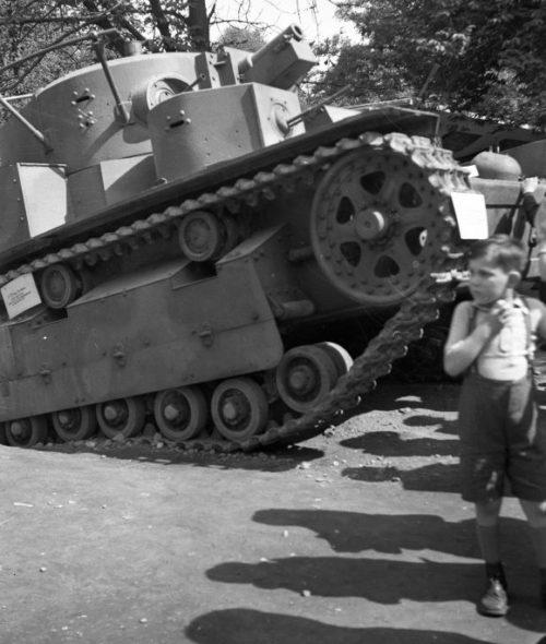 Трофейная французская и советская техника на выставке в будапештском парке Vérmező. 1941 г.