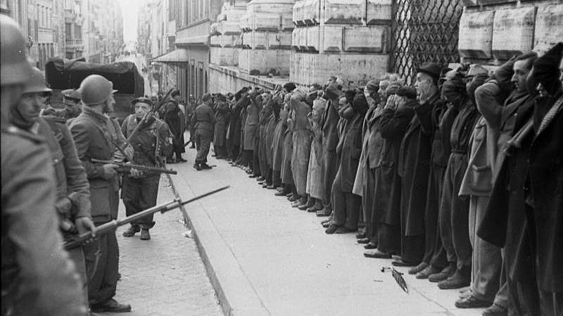 Арестованные итальянцы в Риме немецкими солдатами. 1943 г.