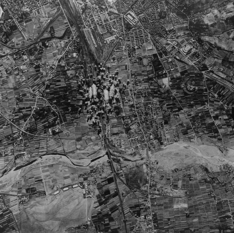 Аэрофотосъемка бомбардировки города Болонья союзной авиацией. 1943 г.