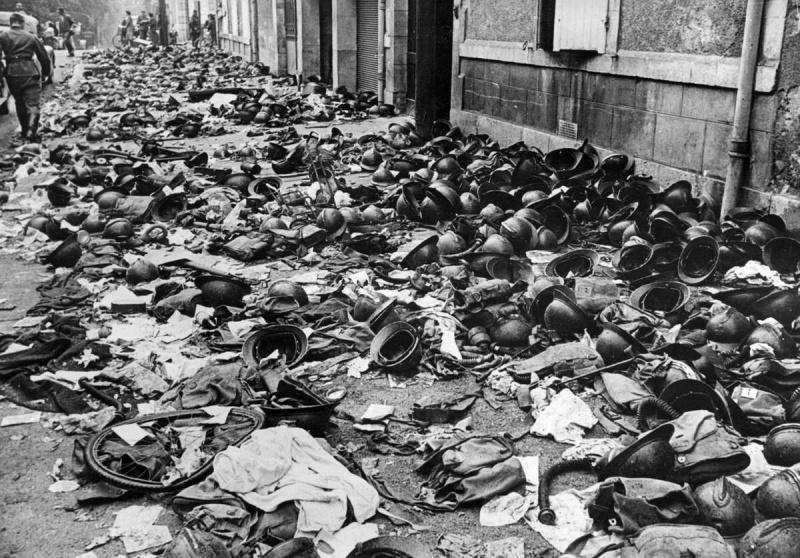 Каски и снаряжение, брошенные французскими солдатами во время операции «Динамо». Дюнкерк. Май-июнь 1940 г.