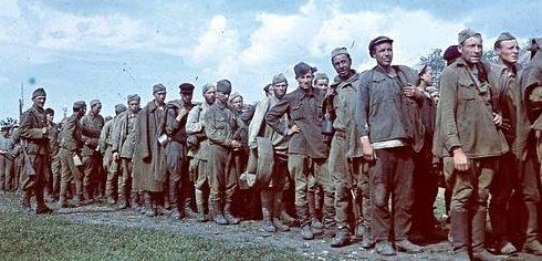 Советские пленные под охраной венгерских солдат в очереди за едой. Май 1942 г.