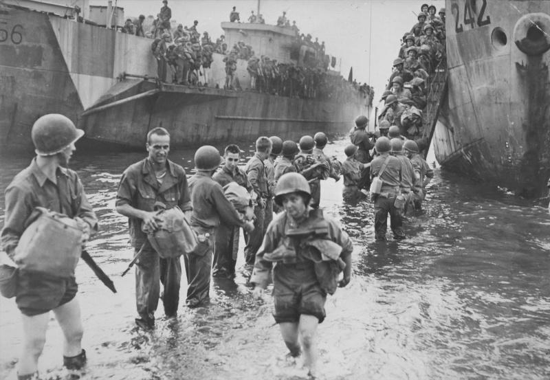 Американские солдаты высаживаются в Неаполе. 1943 г.