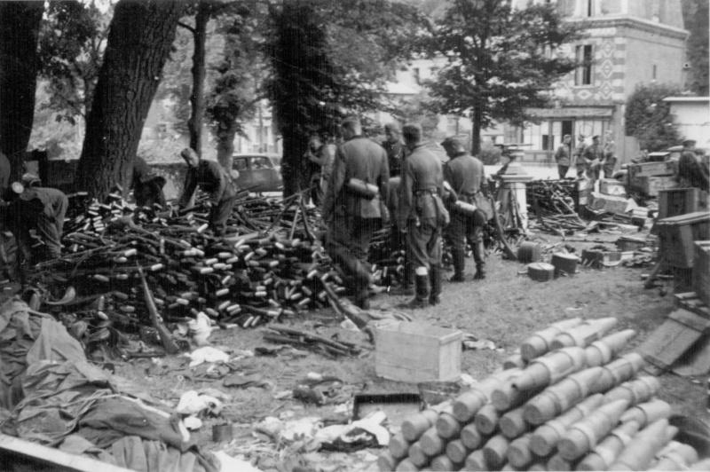 Немецкие солдаты сортируют трофеи. Июнь 1940 г.