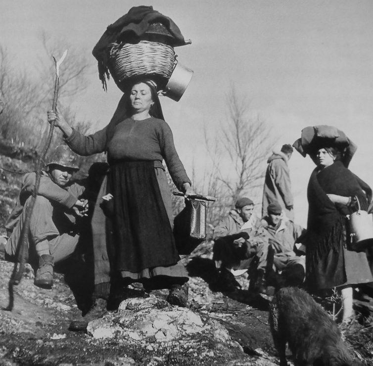 Итальянки, покидающие свою деревню во время боев за Монте-Кассино. Январь 1944 г.