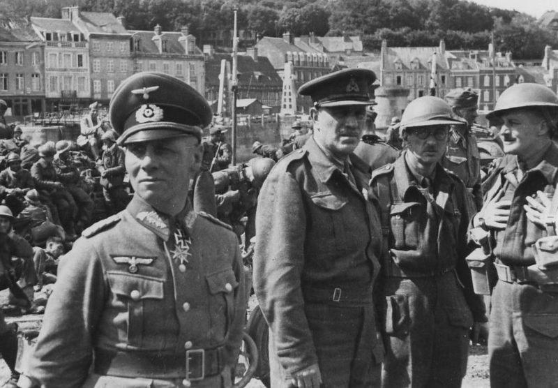 Генерал-майор Эрвин Роммель с пленными английскими офицерами. Шербур, июнь 1940 г.