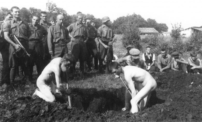Пленные партизаны копают себе могилы перед казнью. Полниково, 21 июля 1942 г.