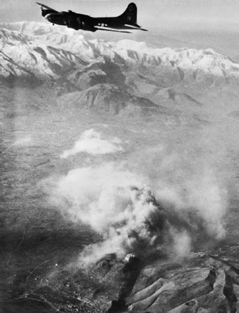 Летающая крепость B-17 бомбит Монте-Кассино. 15 февраля 1944 г.