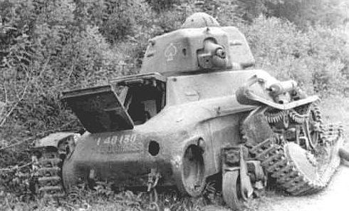 Уничтоженный французский легкий танк H-35/38. Июнь 1940 г.