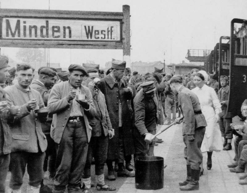 Освобожденных французских военнопленных кормят на вокзале города Минден перед репатриацией. 1942 г.